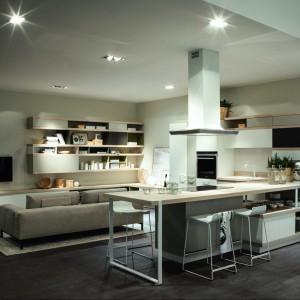 Często na granicy otwartej kuchni i salonu stawiamy sofę. Fot. Scavolini