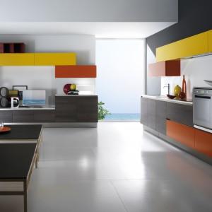 Na jednej ścianie kuchnia, na drugiej... salon. Fot. Biefbi