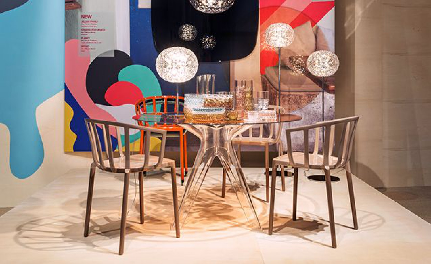 Stół Sir Gio firmy Kartell wykonany został ze szkła i poliwęglanu. Projekt: Philippe Starck. Fot. Kartell