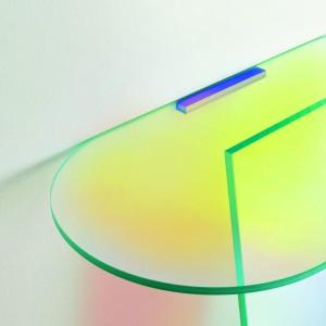 Podświetlone szkło dodaje uroku minimalistycznej konsoli. Projekt: Patricia Urquiola. Fot. Glass Italia