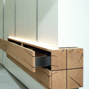 Ozdobą tej szafki są wyraźne rysy na drewnie. Fot. Huelsta