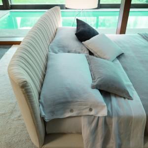 Ciekawe wezgłowie łóżka Shellon. Fot. Desiree