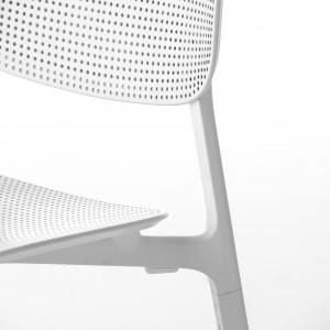 Krzesło z delikatną plecionką w oparciu i siedzisku. Fot. Kristalia
