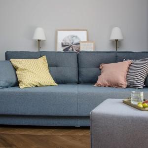 W małym wnętrzu półka ukryta za sofą to dobry pomysł na miejsce do przechowywania. Projekt: Plan A