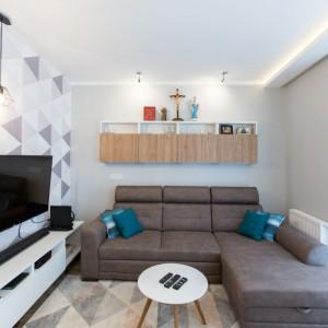 Dzięki białym ścianom udało się stworzyć wrażenie większego wnętrza. Projekt: Malwina Kuzera