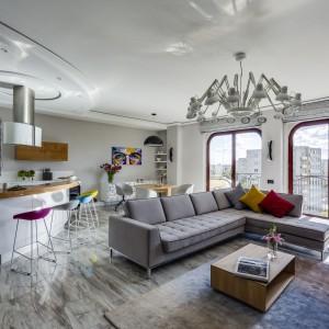 Duży szary narożnik jest dominującym elementem w tym salonie. Projekt: Aleksandra Kurowska