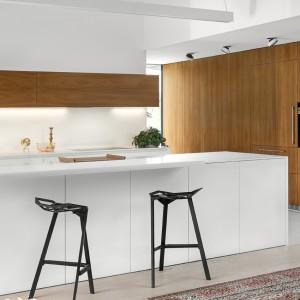 Połączenie bieli i ciepłego drewna tworzy elegancką, ale stonowaną kuchnię. Fot. Zajc Kuchnie