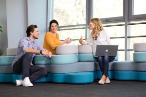 Jak aranżować biurowe strefy relaksu - opinie producentów mebli