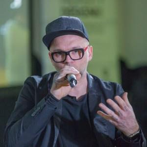 """Tomasz Pągowski, projektant, designer, prowadzący program """"Remont w 48h"""" na antenie Domo+ podczas Forum Dobrego Designu 2017 fot. PTWP"""