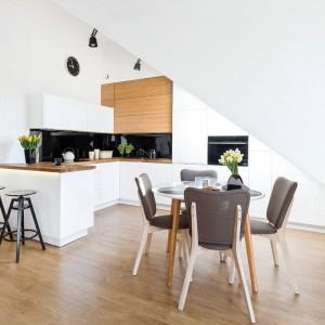 W przestronnej otwartej kuchni możemy ustawić zarówno bar z hokerami, jak i stół z krzesłami. Fot. Studio Prestige/Max Kuchnie