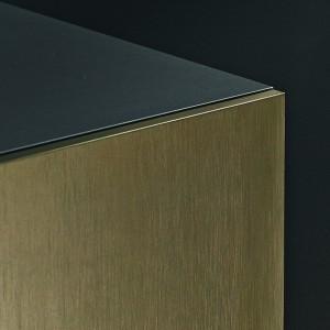 Cienkie fronty, możliwe do zamontowania dzięki zawiasom mini, stanowią zwieńczenie nowoczesnych mebli o lekkich, eleganckich bryłach, których kształty wpisują się w jakże modny obecnie minimalizm. Fot. Hettich