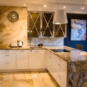 Marmur, drewno i biel tworzą tu ciekawą harmonię stylów. Projekt Viva Design