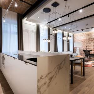 Taka wyspa kuchenna pasuje do obszernego wnętrza w klimacie loftowym. Projekt Agnieszka Komorowska Różycka. Fot. Hamish Cox