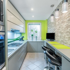 Wąska kuchnia może pomieścić też miejsce do spożywania posiłków. Fot. Studio Max Kuchnie/Bugla