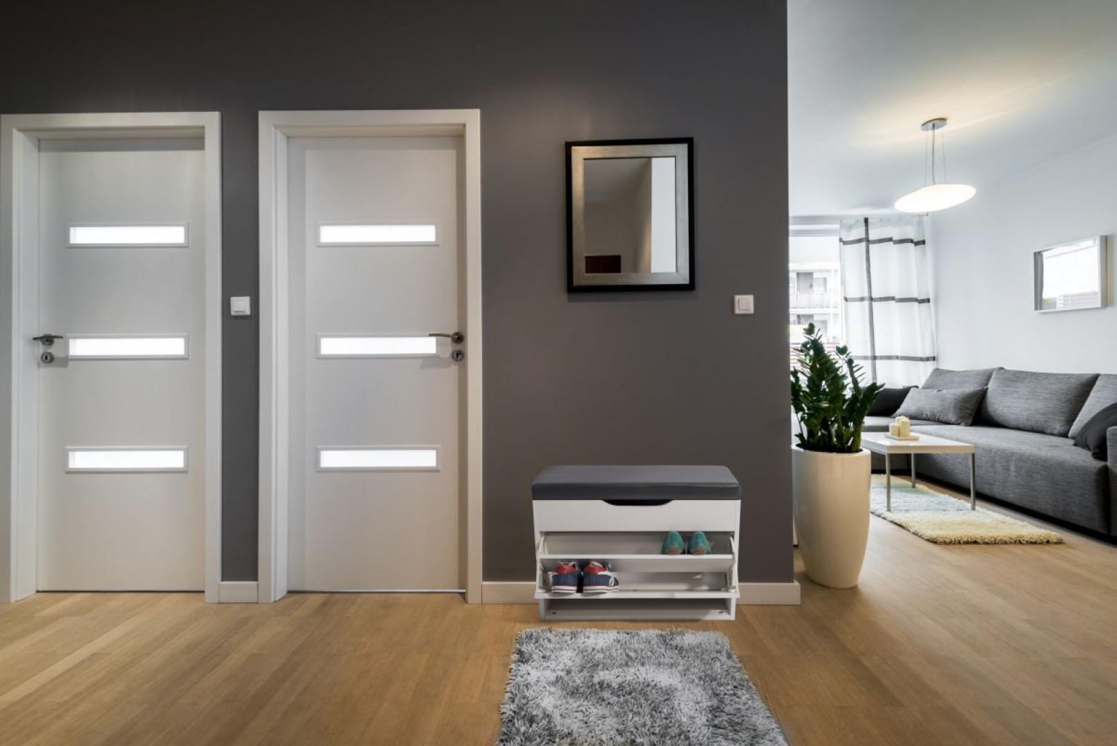 Minimalistyczna w formie szafka może być również siedziskiem. Fot. Homekraft