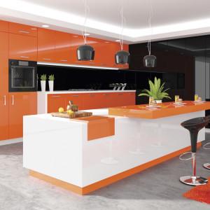 Kuchnia z pomarańczowymi frontami w wysokim połysku. Fot. Hubertus