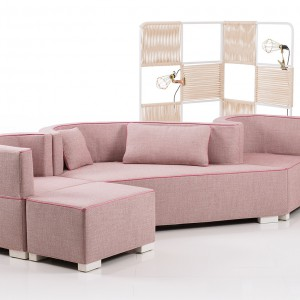 Różowa sofa o nieregularnym kształcie. Fot. Bruhl