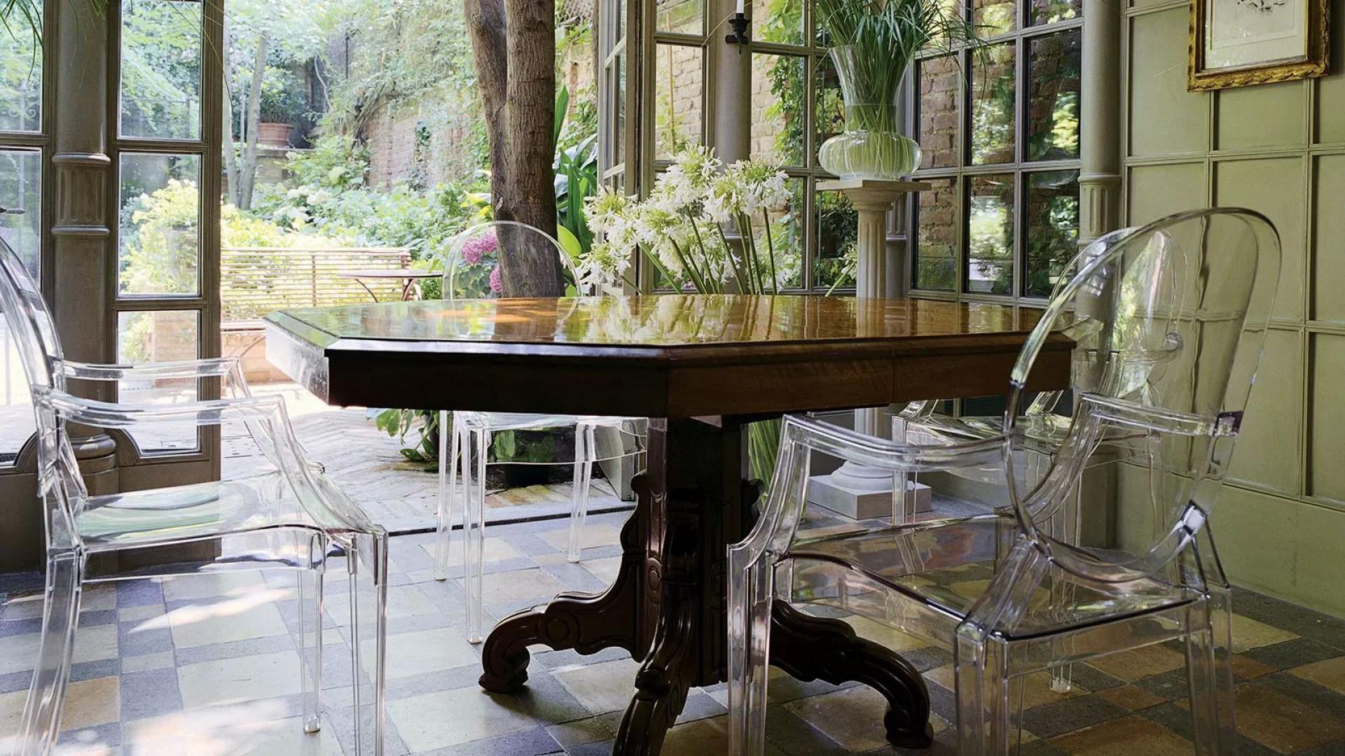 Krzesła z serii Louis Ghost firmy Kartell. Projekt: Philippe Starck. Fot. Kartell