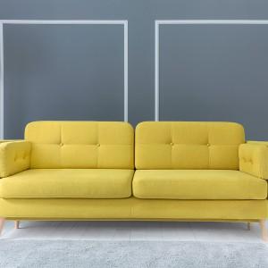 Sofa Cornet wbrew pozorom wcale nie jest taka mała - wygodnie usiądą na niej nawet trzy osoby. Fot. BRW