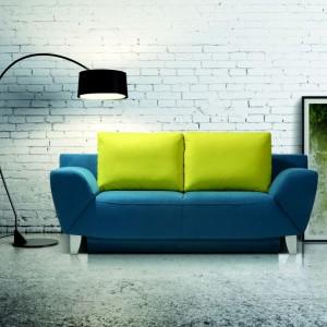 Sofa Alatri. Jaskrawożółte poduszki dobrze komponują się ze spokojnym granatem. Fot. Meblomak