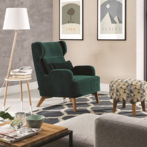 Fotel Wing - uszak w kolorze głębokiej zieleni, z kolorowym podnóżkiem. Fot. Wajnert