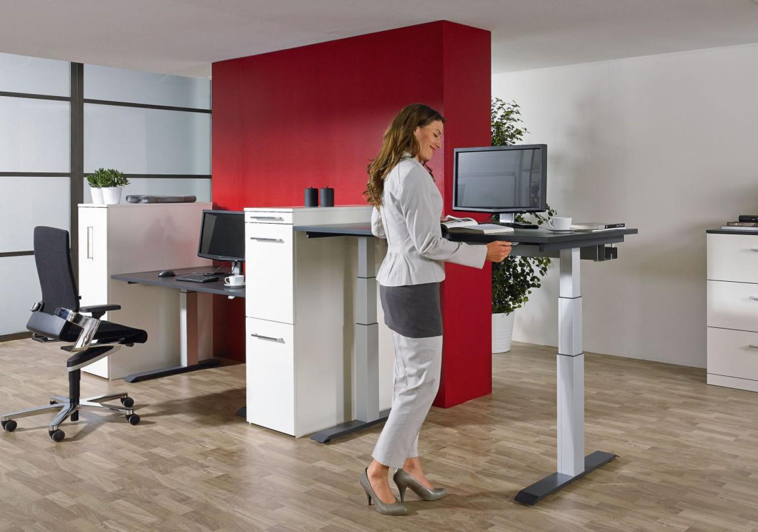 Biurka z regulowaną wysokością blatu umożliwiają pracę zarówno w pozycji siedzącej, jak i stojącej. Fot. Hettich