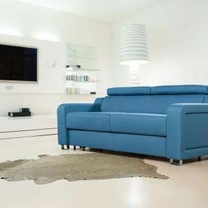 Z ruchomymi zagłówkami i lekko zaokrąglonymi podłokietnikami sofa Adria marki Meblomak idealnie wpisuje się w aktualne trendy. Fot. Meblomak