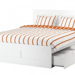 Proste w formie, wyposażone w szuflady i dodatkowe półki łóżko Brimnes. Fot. IKEA