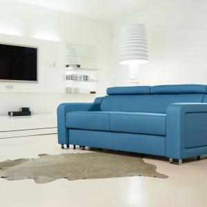 Sofa Andria pasuje do białego tła wnętrza. Fot. Meblomak