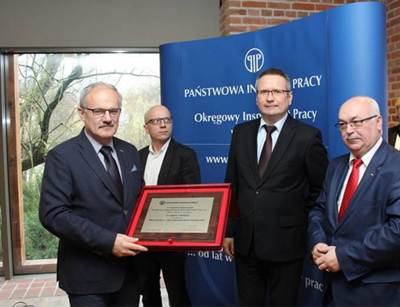 Nagrodę w plebiscycie Pracodawca - Organizator Pracy Bezpiecznej odebrał Stanisław Robaczewski, dyrektor zakładu Szynaka Meble. Fot. Szynaka Meble