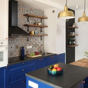 Niebieskie meble kuchenne działają uspokajająco i wyciszająco. Projekt: Anna Krzak. Fot. Bartosz Jarosz