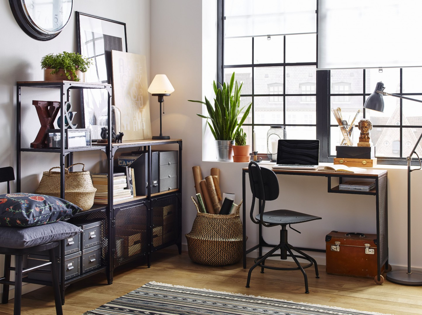 Do ustawienia laptopa wystarczy biurko o niewielkiej powierzchni blatu. Fot. IKEA