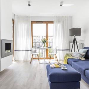 Nowoczesne mieszkanie w jasnych kolorach, z niebieską sofą. Projekt: Decoroom. Fot. Marta Behling