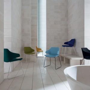 Kolorowe krzesła o ciekawych kształtach, na płozach. Fot. Luxy