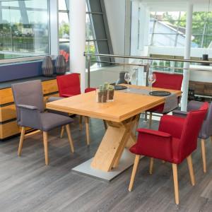Krzesła - fotele z podłokietnikami. Fot. Klose