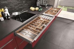 Systemy ułatwiające organizację kuchennych szuflad