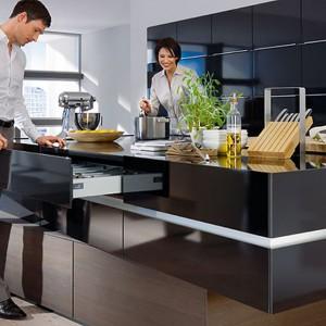 W kuchennej wyspie można zamontować praktyczne szuflady. Fot. Hettich