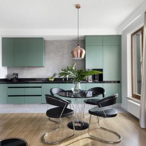 Elegancki minimalizm łączy kuchnię z jadalnią. Realizacja: studioLOKO/Interdoor