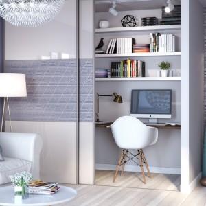 W salonie drzwi przesuwne mogą zakrywać półki z dokumentami. Fot. GTV