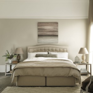 Sypialnia w beżowej kolorystyce zawsze będzie prezentować się kusząco i niezwykle elegancko. Fot. Hypnos Beds