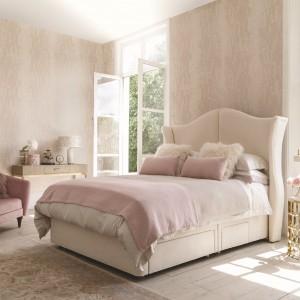 Beż – podobnie jak biel – to propozycja ponadczasowa. Od wielu lat opiera się sezonowym modom i pasuje do każdego rodzaju sypialnianych mebli. Fot. Hypnos Beds