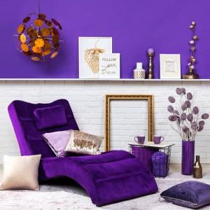 Ultra Violet nie jest kolorem neutralnym, więc najlepiej sprawdzi się w towarzystwie stonowanej szarości czy klasycznej bieli. Fot. Agata