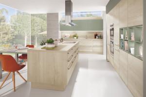 Przytulna kuchnia z meblami w kolorach drewna