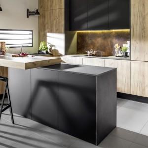 Kuchnia Vika to połączenie modnych barw - szarości w różnych odcieniach i dekorów drewna. Fot. Atlas Kuchnie