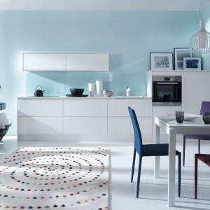 Stół to element, który może dyskretnie oddzielić kuchnię od salonu. Fot. Black Red White