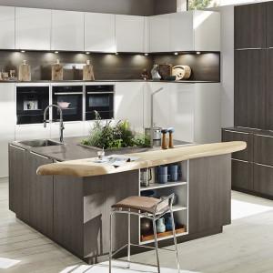 Blat z naturalnego drewna podkreśla nowoczesny charakter kuchni. Fot. Ballerina