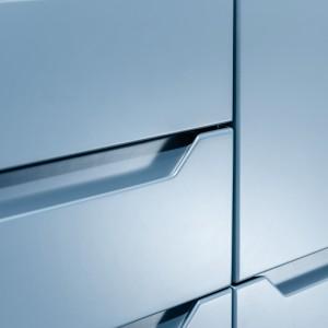 Frez pozwala uchwycić go w dowolnym miejscu, aby otworzyć szafkę czy szufladę, będąc jednocześnie elementem zdobniczym zabudowy meblowej. Fot. Kam
