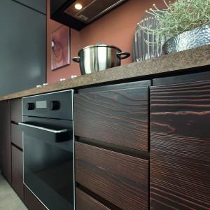 Fronty w kolorze ciemnego drewna w wyraźnym usłojeniem - Senso Kitchens. Fot. BRW
