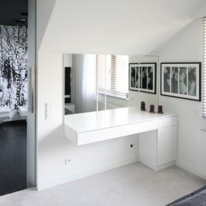 Toaletka w sypialni wykonana na zamówienie. Projekt Dominik Respondek. Fot. Bartosz Jarosz