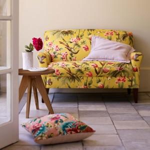Sofa w żywych kolorach z motywem roślinnym. Fot. MarksSpencer